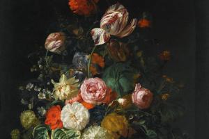 Розы, тюльпаны, подсолнух и другие цветы с насекомыми в стеклянной вазе
