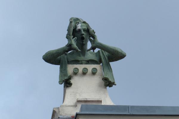 Othmar ни один Schimkowitz. Статуя на крыше многоквартирного дома по улице Линке-винцайле 38