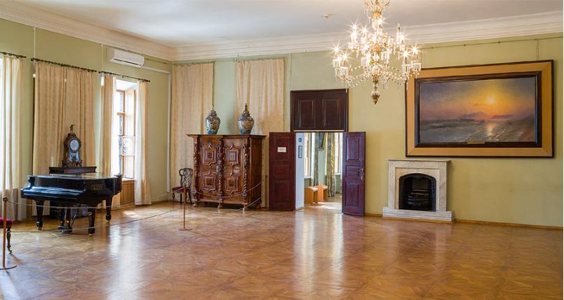 Гостиная. Там, где сейчас выставочный зал галереи, при Айвазовском устраивались многолюдные балы и п
