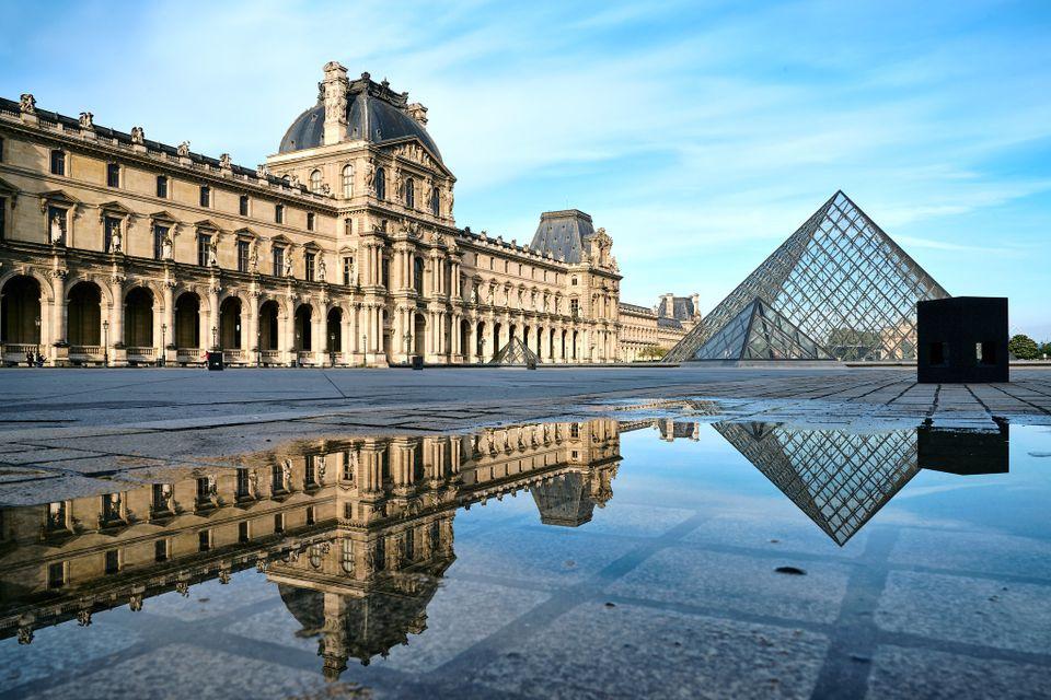 Коронавирус: Лувр закрыт, а итальянские музеи возобновили работу