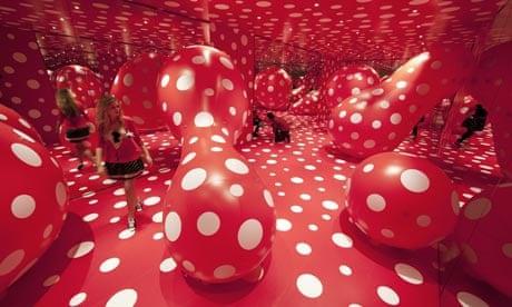 Инсталляция Яей Кусамы «Одержимость точками», часть выставки «Walking in My Mind», Галерея Хейворд,