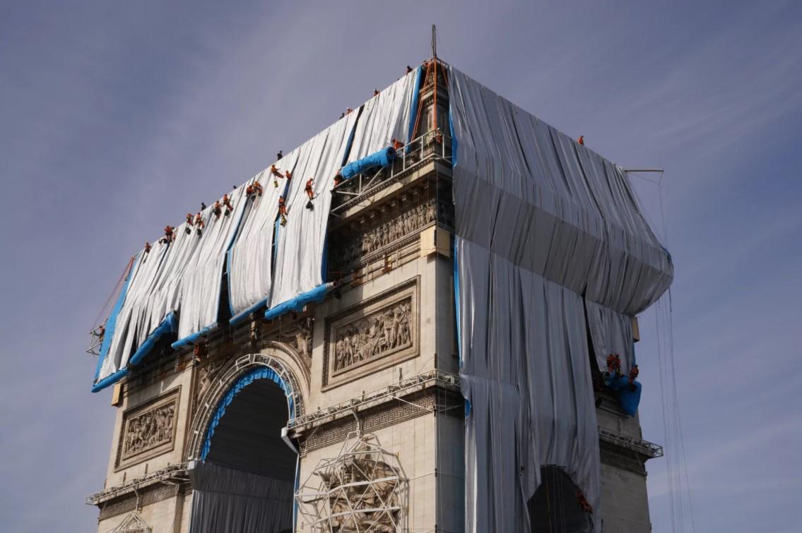 В Париже обёртывают Триумфальную арку по проекту Кристо