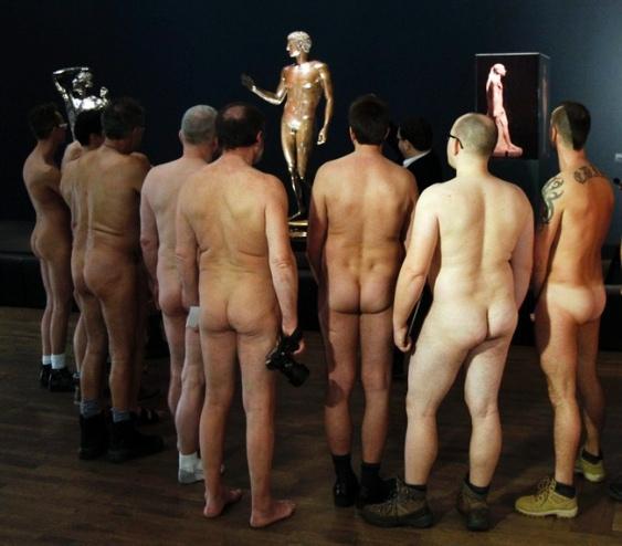 Голое искусство – обнаженные перформансы и посетители музеев в неглиже