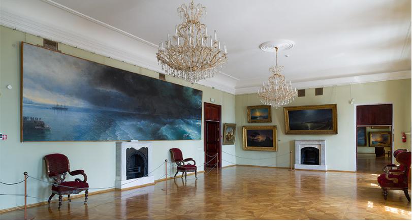 Одна из гостиных в доме Айвазовского, ныне экспозиционный зал. Фото - Третьяковская галерея.