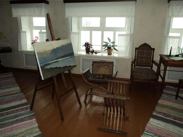 Комната Левитана и Алексей Степанова в плёсском доме с этюдником и мольбертом.