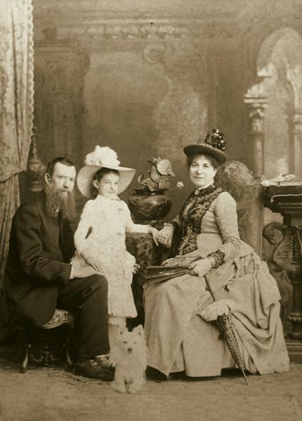 Алексей Петрович Боголюбов. Фотографический портрет Бронникова с семьей
