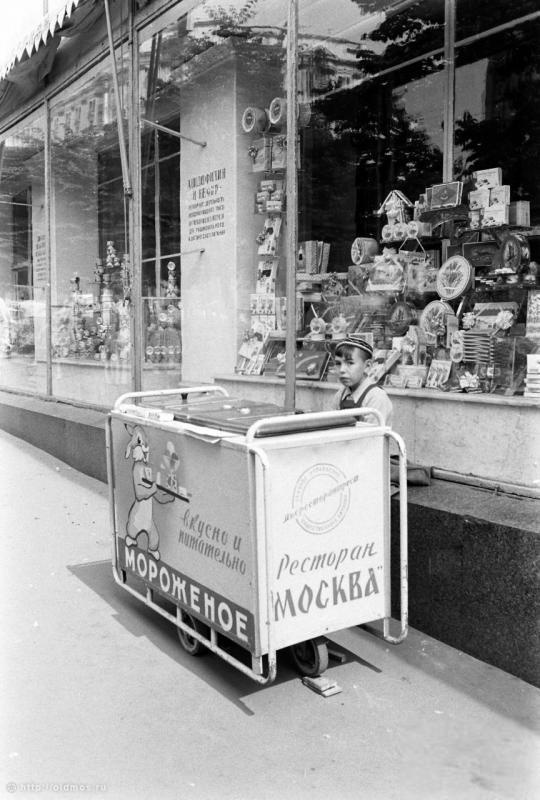 Historical photos. Ice Cream Advertising in Moscow