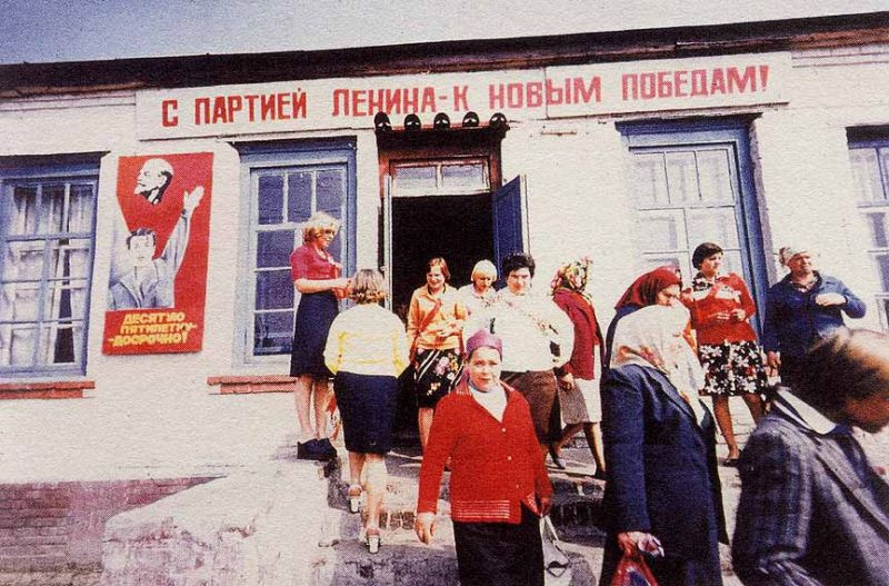 """Historical photos. """"With the party of Lenin - to new victories!"""" and other agitation"""