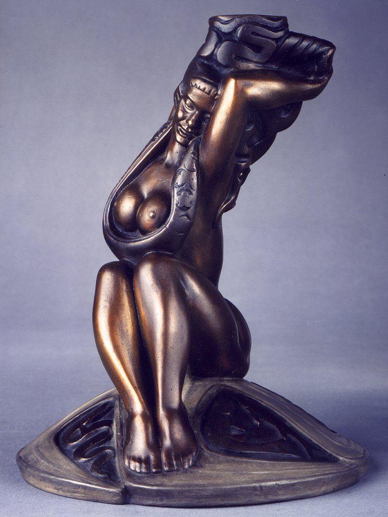 Stanislaw Szukalski. Sitting maiden