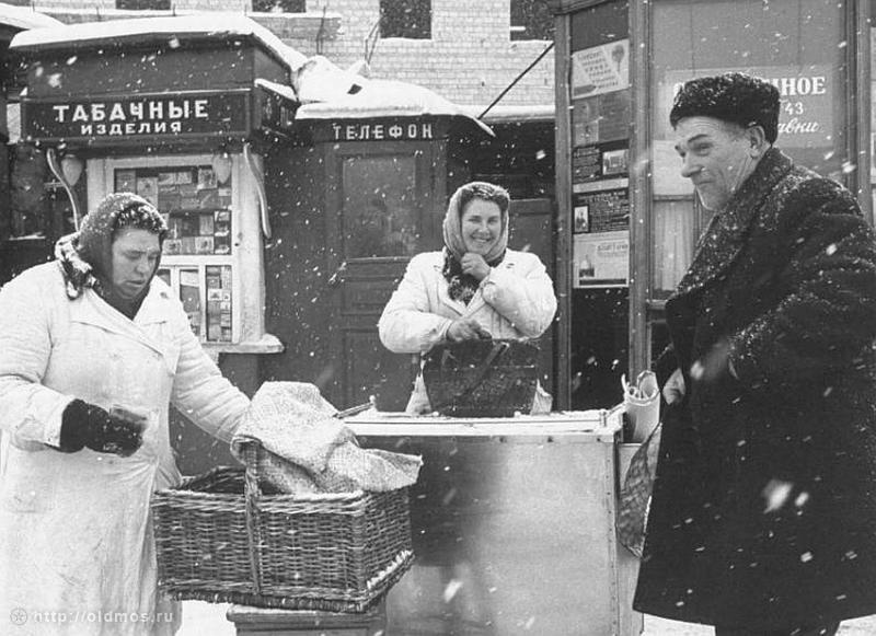 Historical photos. Signs and advertising in the winter Moscow of the 1960s
