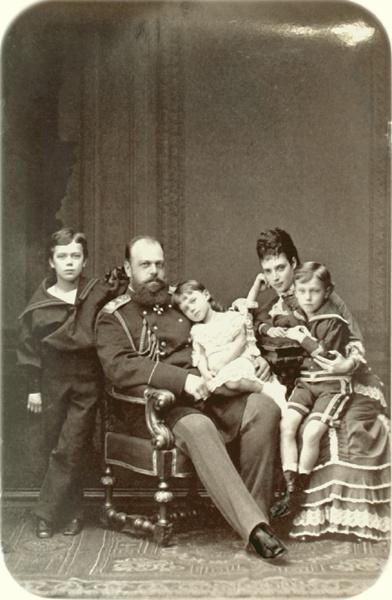 Алексей Петрович Боголюбов. Фотографический портрет императора Александра III с женой Марией Федоровной и детьми