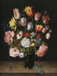 Натюрморт из тюльпанов, роз, колокольчиков, нарциссов, пионов и других цветов в стеклянной вазе