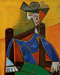 Женщина, сидящая в кресле