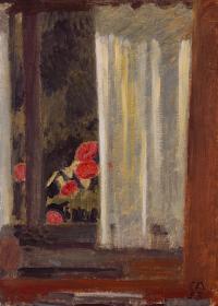 Вид через занавешенное окно на сад с цветами