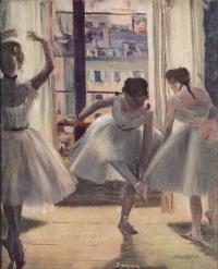 Три танцовщицы в репетиционном зале
