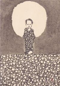 Ребенок с нимбом на цветущем лугу