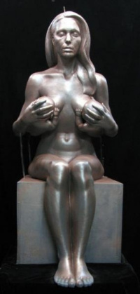 Анджелина Джоли, кормящая грудью двух своих близнецов. Керамика