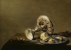 Питер Клас. Натюрморт с серебряной вазой, лимоном и оливкой на блюде