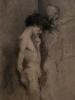 Обнаженная фигура мужчины в профиль, размышляющего у скульптуры (фрагмент)