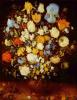 Маленький букет цветов в глиняном сосуде