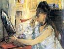 Пудрящаяся молодая женщина