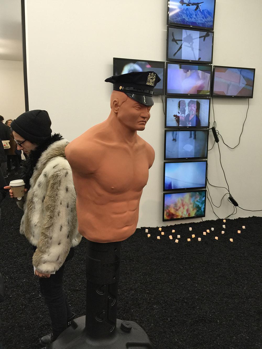 Арт-скандалы недели: Цукерберг из экскрементов, картины на полу и погром на выставке в Далласе