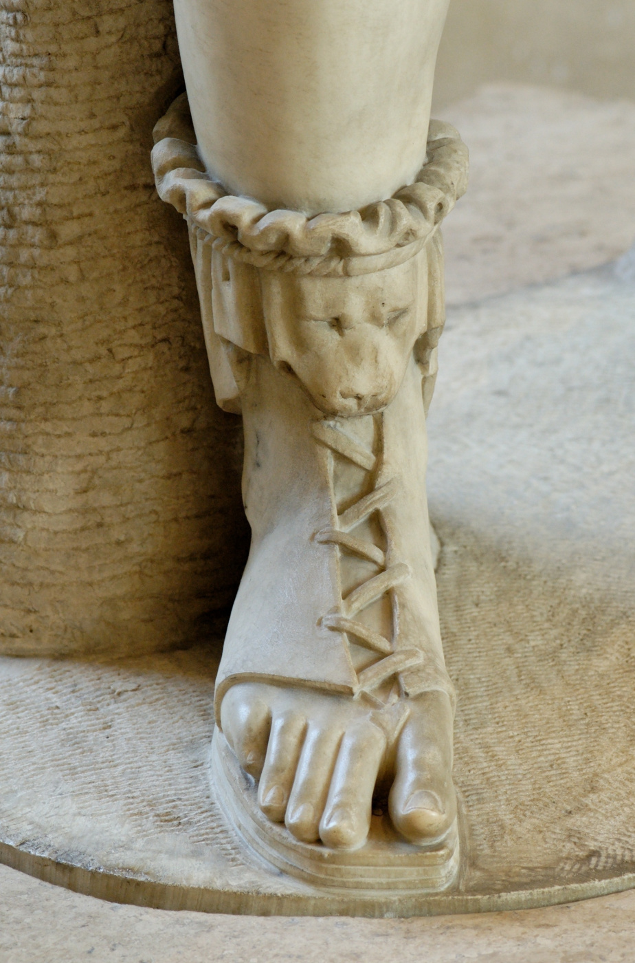 Обувь как символ в искусстве: объект желания