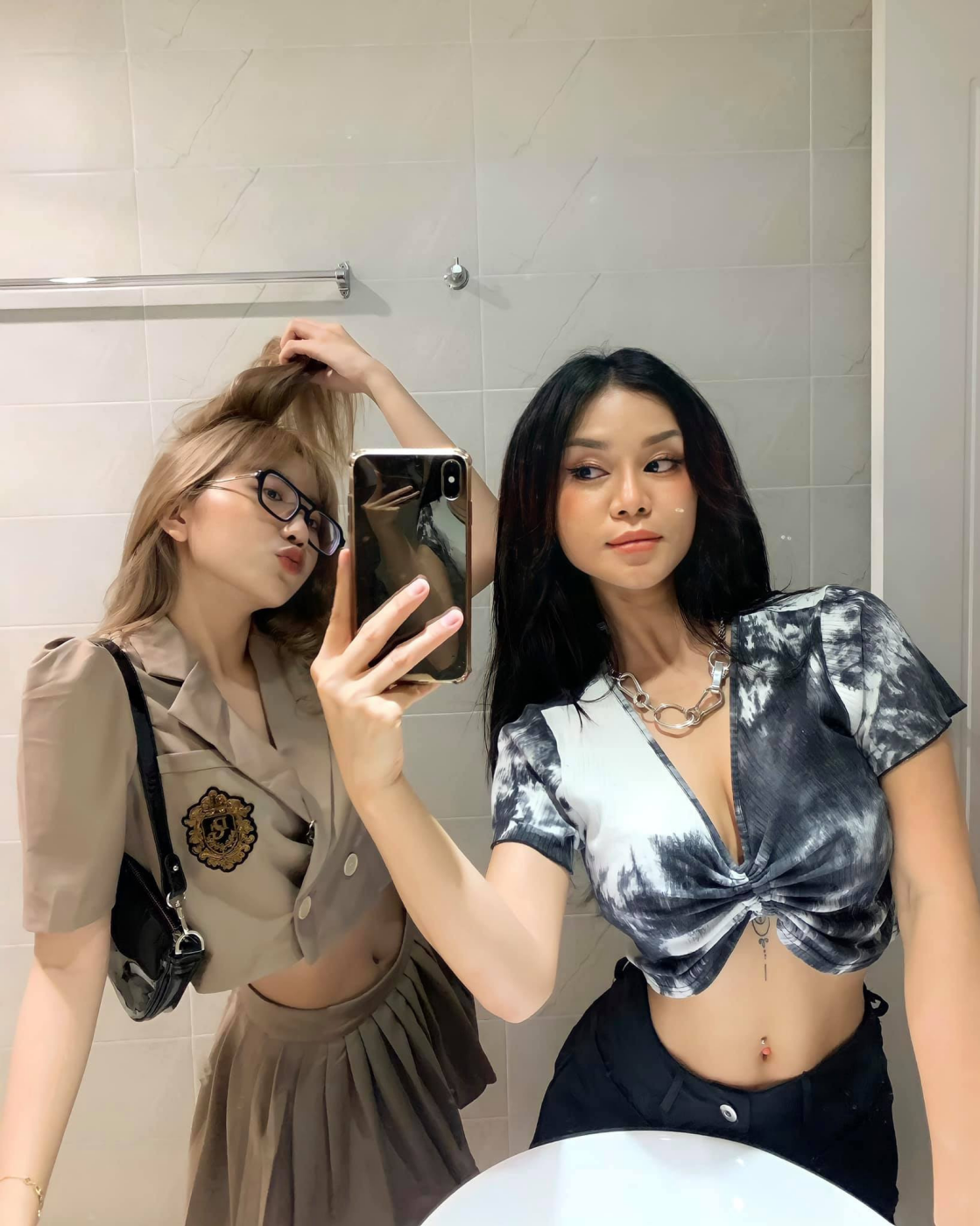 Thanh Huynh. The art of taking selfies in front of a mirror