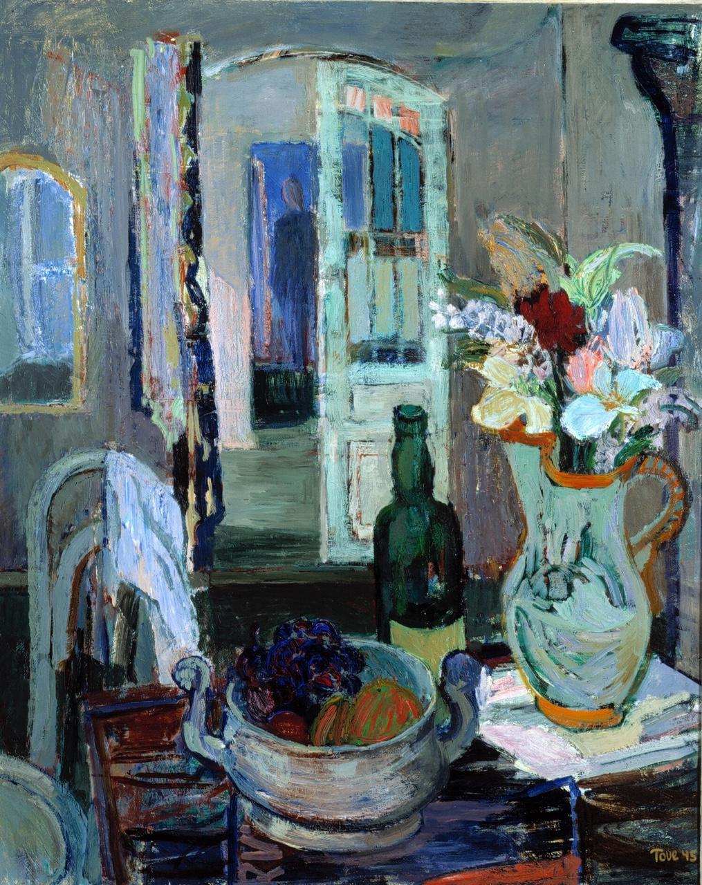 Туве Янссон. Натюрморт с фруктами и цветами на фоне открытой двери