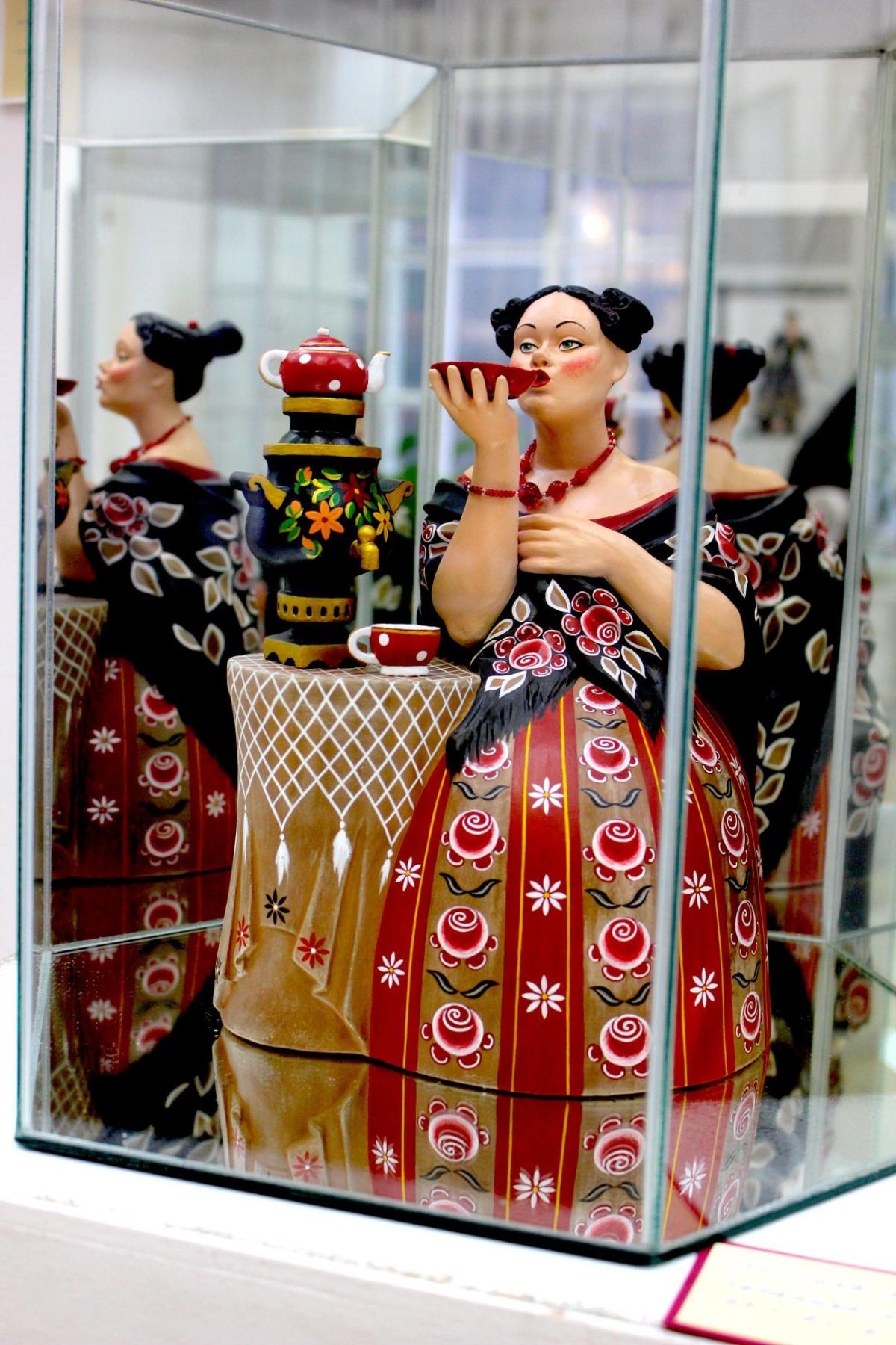 Tatiana Malysheva. Merchant's wife at tea