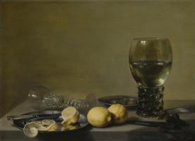 Питер Клас. Натюрморт с лимонами, оливками, рёмером и стеклянным бокалом