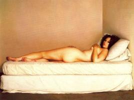Клаудио Браво. Лежащая обнаженная девушка