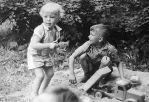 Май Петрович Митурич-Хлебников. На даче у художника Ивана Бруни. Дочь  (2 года) и Дмитрий - сын художника из Тувы И.Я. Кузнецова