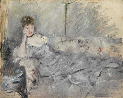 Лежащая молодая женщина в сером
