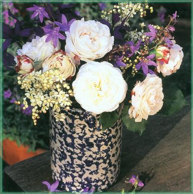 Сахон Холт. Букет из белых роз в вазе