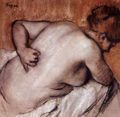 Женщина, чешущая свою спину
