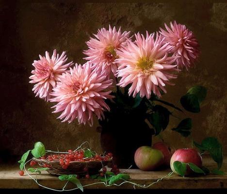 Джузеппе  Муцио. Георгины, яблоки и красная смородина