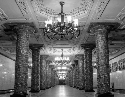"""Стеклянные колонны на станции метро """"Автово"""".Архитекторы Е. Н. Левинсон, А. А. Грушке."""