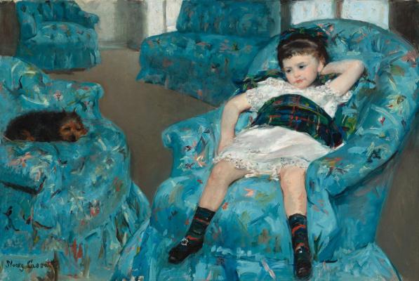 Маленькая девочка в синем кресле