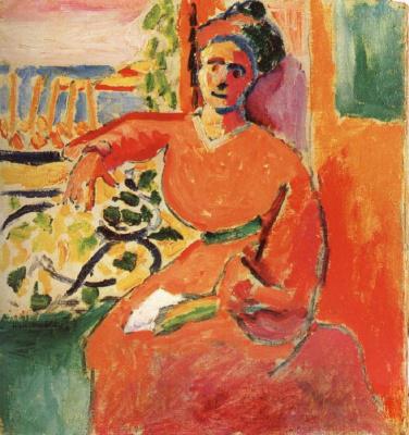 Женщина, сидящая перед окном