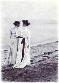 Summer evening on the southern beach of Skagen. Anna Anker and Marie krøyer
