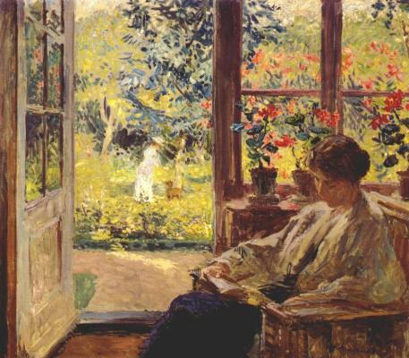 Женщина читает у окна