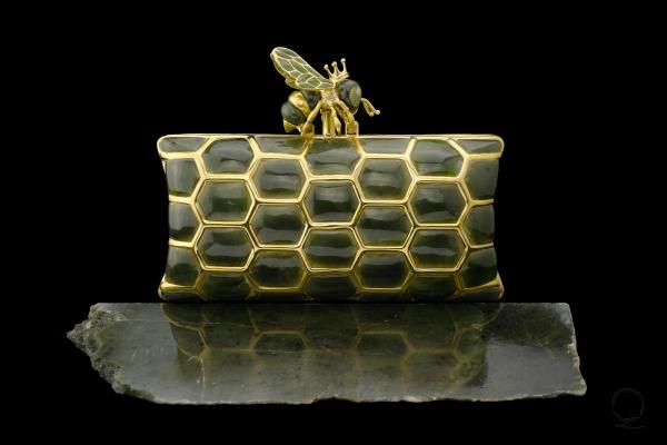 Luis Alberto Quispe Aparicio. Nephrite Royal Bee Clutch