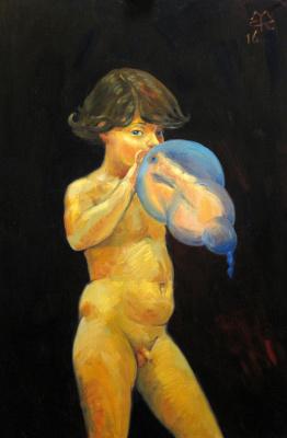 Мальчик, надувающий воздушный шарик