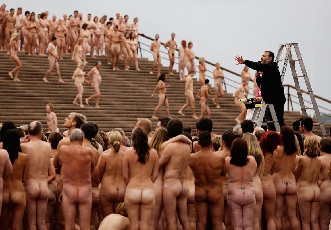 Толпа раздевает женщину, Порно На публике -видео. Смотреть порно онлайн! 25 фотография