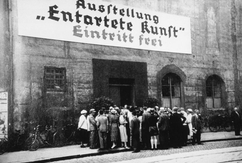 Перед входом на мюнхенскую выставку «Дегенеративное искусство», 1937