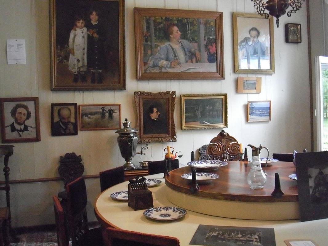 Знаменитый крутящийся стол в Пенатах.
