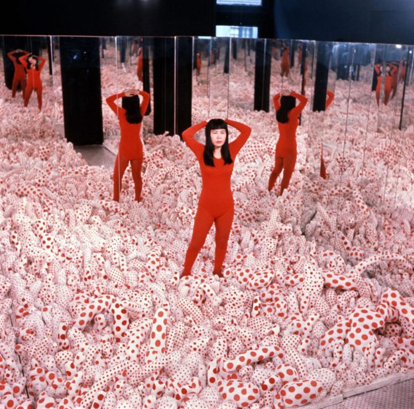 Яёй Кусама. Зеркальная комната Бесконечности - Поле Фаллосов. 1965. Floor Show , Галерея Кастеллан,
