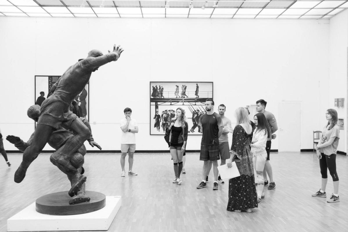 Физкультура в музее: Третьяковку теперь посещают в шортах, а после экскурсии делают приседания