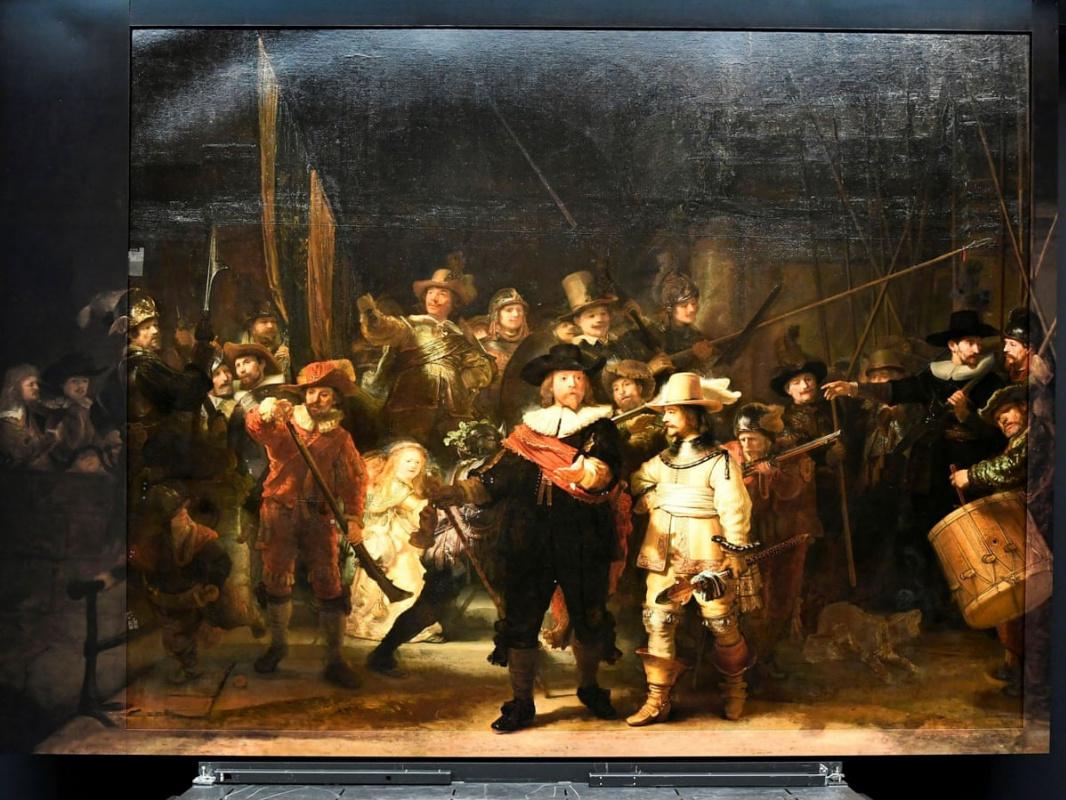 Восстановленный «Ночной дозор» Рембрандта на подиуме в Рейксмузеуме. Источник: The Guardian